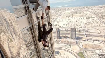Tom Cruise sospeso a testa in giù sul Burj Khalifa (foto: © 2011 Paramount Picture)