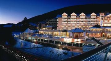 Un esterno notte del Cavalino Bianco, in Alto Adige, probabilmente il più famoso ski family hotel delle Alpi