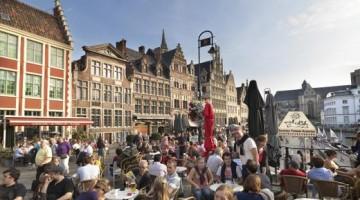 Uno dei caratteristici caffé di Gent, dove i giovani amano fermarsi la sera per un aperitivo (foto: visitflanders)