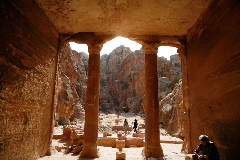 Passeggiando tra le stradine di Petra ci si imbatte in antiche tombe, strade colonnate, sale funerarie (foto: Alamy/Milestonemedia)