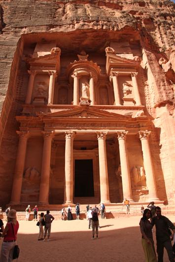 Illuminato dal sole, ma suggestivo anche di notte, il Tesoro di Petra è un gioiello da non perdere
