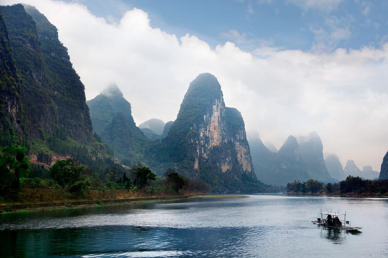 per arrivare a Guilin si naviga per decine di miglia lungo il fiume Li a bordo di una delle tante barche o di una giunca di bambù