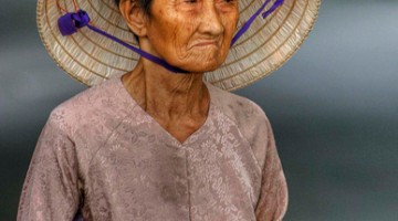 Un?anziana donna fotografata tra le strade di Ho Chi Min (foto: flickr/MarcGianfriddo)