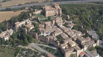 Il borgo di Gradara dall'alto, con il caratteristico castello (foto: Pro Loco Gradara)