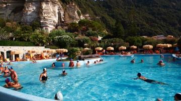 Piscine, cascate, massaggi e relax nei Giardini di Poseidon sull'isola di Ischia (foto: Alamy/Milestonemedia)