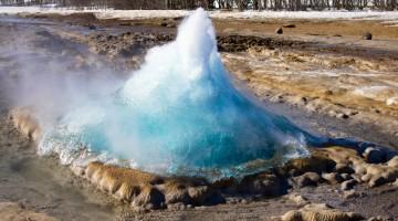 Nel sud dell?Islanda ci sono numerosi geyser. Tra i più conosciuti lo Strokkur, che erutta getti di acqua calda alti più di 30 metri (foto: Ente del turismo islandese)