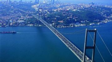 Il ponte sul Bosforo, che collega Europa e Asia, è lungo più di un chilometro e mezzo