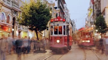 Taksim è uno dei capolinea del tradizionale tram rosso che attraversa la città di Istanbul