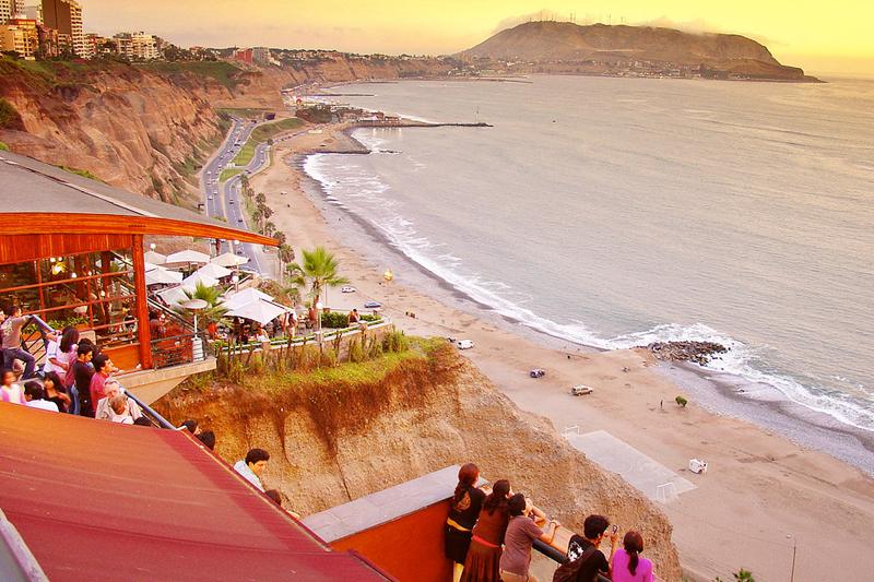 Movida a Miraflores, uno dei quartieri più popolari di Lima (foto Flickr/Bracani...Antonio)