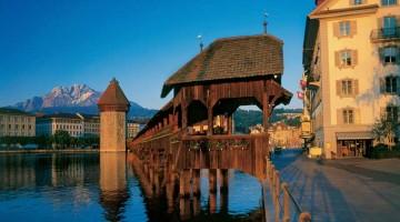 Lucerna si affaccia sil lago dei Quattro Cantoni. Nella foto, lo straordinario pont de la Chapelle, fianco del Wasserturm (foto: Luzern Tourismus By-line)