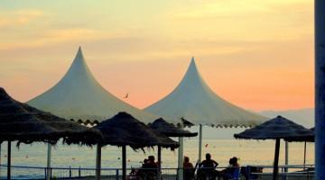 La spiaggia più vicina al centro di Malaga è La Malagueta, adatta per chi preferisce rimanere vicino al centro, anche se le spiagge più belle si trovano più a est