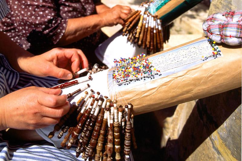 Alcune donne tessono secondo l?antico metodo della ?bizzilla? (foto: Ente del Turismo di Malta)