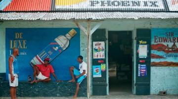 La facciata colorata di una drogheria a Cap Malheureux sull'isola di Mauritius (foto: Alamy-Milestonemedia)