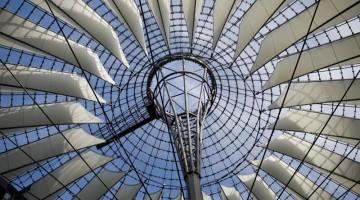 Sotto la grande cupola a forma di tenda del Sony Center, avveniristica opera architettonica di Helmut Jahn