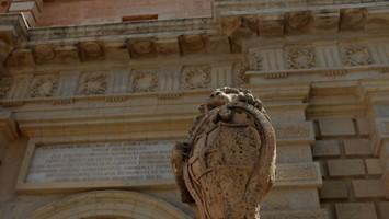Un leone di pietra sorveglia il Main Gate, la principale porta di accesso a Mdina (foto: Carlotta Lombardo)
