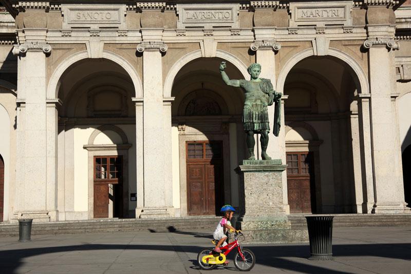 Milano, Colonne di San Lorenzo: la statua bronzea di Costantino il Grande, copia di un originale tardo antico conservato a Roma in San Giovanni in Laterano (foto: Carlotta Lombardo)