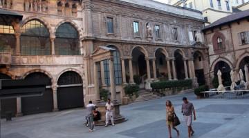 """All'angolo, sul lato meridionale della piazza dei Mercanti, il """"palazzo delle Scuole palatine"""" (barocco, opera di Carlo Buzzi del 1645), al posto del preesistenti """"Scuole del Broletto"""" del XIV (foto: Carlotta Lombardo)"""