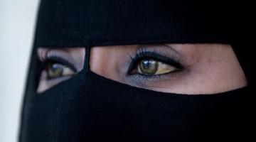 Muscat (Oman): le donne sono vestite quasi sempre con l'abba, grande mantello nero che le copre completamente, e una mascherina di tessuto leggero irrigidita da un'asticciola in verticale sulla linea del naso