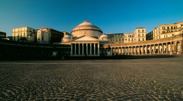 Piazza del Plebiscito, cuore della Napoli monumentale, con il portico della Chiesa di San Francesco di Paola e Palazzo Reale