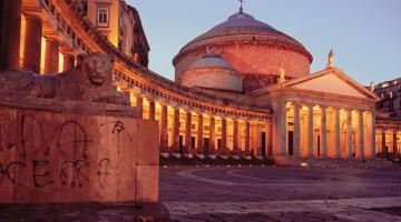 Piazza del Plebiscito, l'ombelico di Napoli, su cui si affacciano Palazzo Reale e la Basilica di San Francesco di Paola