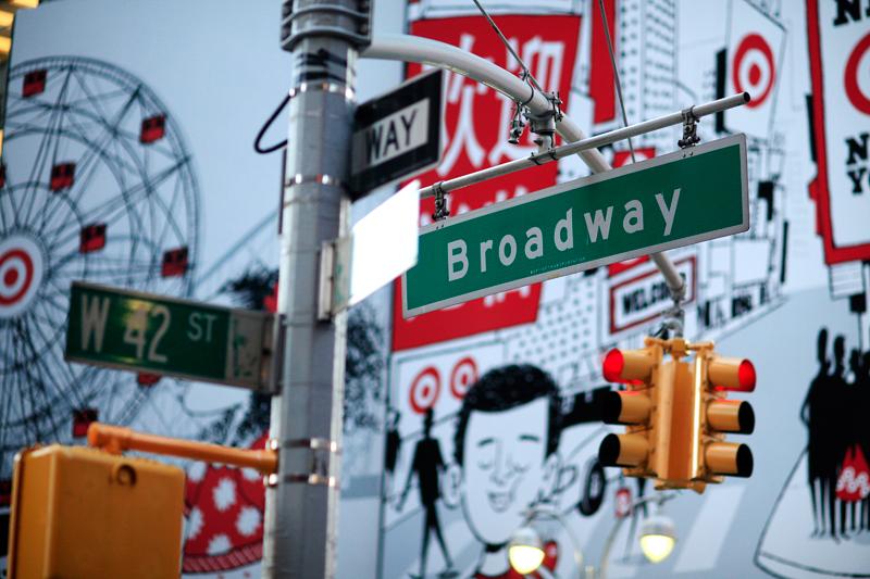 Insegne, cartelli e murales fra cui quelli di bar e ristoranti colorano il centro di New York, come questi sulla 42° strada (foto: joe_buglewicz NYC & Company)