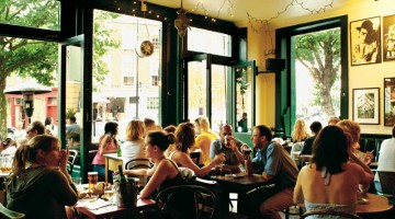 La sala e il dehors del Westbourne Pub, uno dei locali di Notting Hill più frequentato da giovani e artisti
