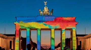 La Porta di Brandeburgo, simbolo di Berlino. Il Muro ci passava proprio accanto