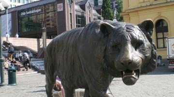 La ?tigre? di bronzo che passeggia davanti alla Stazione Centrale è diventata il simbolo di Oslo (foto: Flickr/JessAroundtheworld)