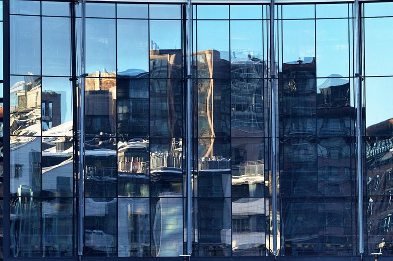 I palazzi si riflettono sulle vetrate di un edificio nella zona di Aker Brygge, il porto di Oslo recentemente ristrutturato (foto: Flickr/Mona_Oslo)