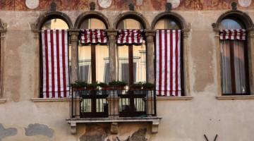 """Padova, la """"città dei gran dottori"""", ha bellissime case affrescate che si affacciano sul fiume Bacchiglione (foto: Carlotta Lombardo)"""