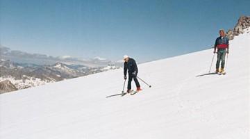 Papa Wojtyla negli anni '80, mentre  scia con Zani, in un'immagine d'epoca (foto di Lino Zani)