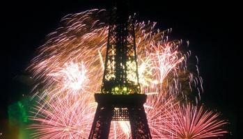 La sera del 14 luglio la Tour Eiffel viene illuminata da spettacolari fuochi d'artificio (foto: Paris Tourist Office/Amélie Dupont)