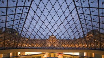 La vista dall'interno della Piramide del Louvre, progettata dall'architetto Ieoh Ming Peï (foto: Paris Tourist Office\Marc Bertrand)
