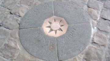 Il Point Zéro, davanti alla chiesa di Notre Dame, è il punto da cui vengono calcolate tutte le distanze stradali di Francia (foto: Flickr/The Wilky Bar Kid)