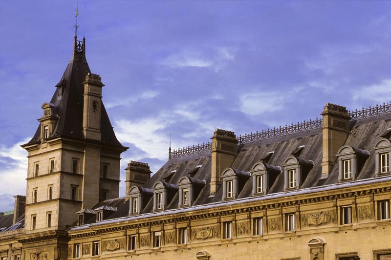 Un particolare del palazzo della Conciergerie, a Parigi (foto Alamy/Milestone Media)