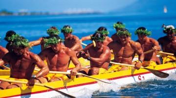 Una tradizionale gara tra barche a remi (foto: T. Salmon)