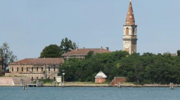 La pieve dell'isola di Poveglia, appena ceduta a un ente privato (nonostante la strenua resistenza dei veneziani)