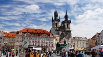 Staromestske Namesti, la grande piazza di Praga dove sorge il vecchio municipio con la torre quadrata