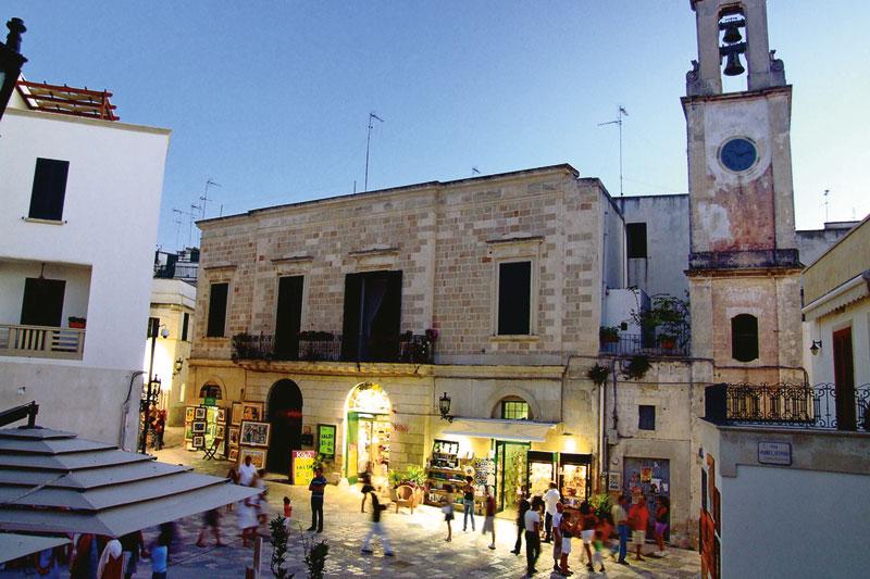 La suggestiva area pedonale nel centro storico di Otranto