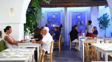 Pollo ruspante con mirto ed erbette selvatiche e lasagna di borragine, fra le specialità del Cortiletto, nella frazione di Speziale