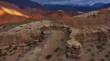 Il tramonto incendia le rocce dei canyon lungo la pista che da Cafayate sale verso la cordigliera della Puna