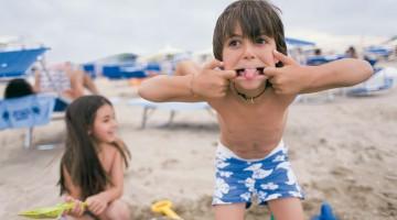 Bambini sulla spiaggia di uno dei mille bagni della Riviera