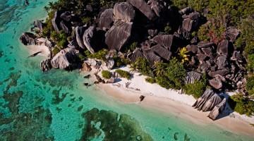 Mare cristallino, spiagge bianchissime e roccie spettacolari lungo la costa dell'isola di Mahé nell'arcipelago delle Seychelles (foto: Alamy/Milestonemedia)