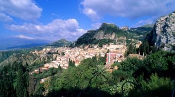 Sospesa tra rocce e mare e adagiata su un terrazzo del Monte Tauro: incantevole il paesaggio attorno a Taormina (foto: Flavio Pagani)