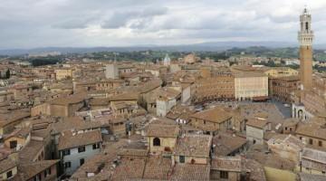 Una veduta di Siena con PIazza del Campo (foto Getty).