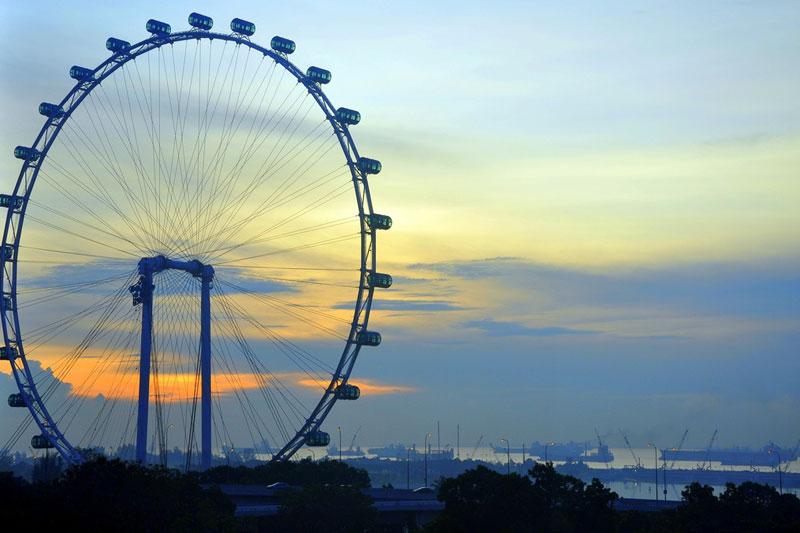 Il Singapore Flyer, ruota panoramica che sovrasta Singapore, è alta 165 metri (foto: Flickr/Eustaquio Santimano)