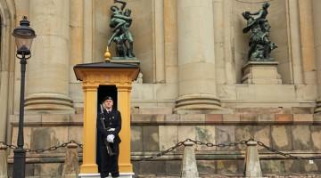 Nel centro di Stoccolma si incontrano le guardie armate che controllano il Palazzo Reale (foto: Carlotta Lombardo)