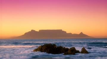 Table Mountain: la parte frontale, rivolta verso la città, è lunga circa tre chilometri e sostanzialmente diritta; il versante opposto ha una morfologia notevolmente più complessa (foto Alamy/Milestonemedia)