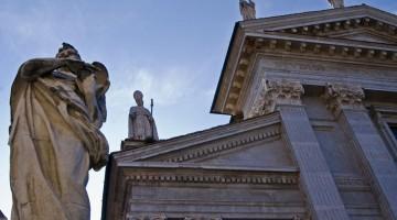 In Piazza del Rinascimento c'è l'ingresso di Palazzo Ducale e il Duomo di Urbino con le sue statue bianche (foto: Flickr/athena)