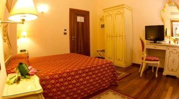 Nelle camere della l'atmosfera è tipicamente veneziana, con arredi laccati e dai tessuti di pregio